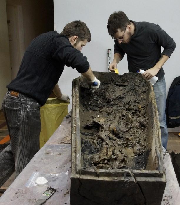 Останки 14 человек найдены вгробах-колодах устен кремля вТуле