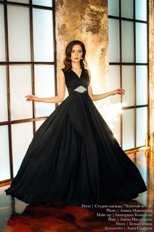 0ca6e24f3365bc5 Платье-футляр, например, облегает фигуру от верха до уровня колен (или чуть  выше). Украшение многих моделей - шлейф.