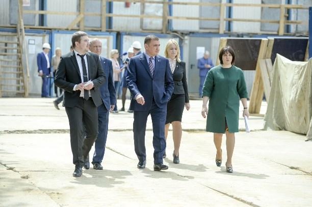 Алексей Дюмин проверил, как вТуле строят детский парк ишколу