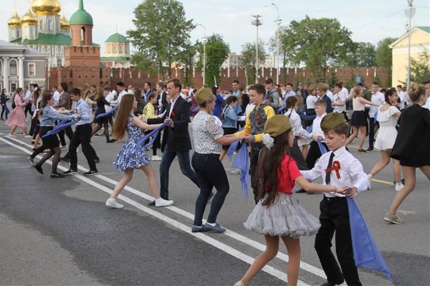 58c8668b4948 Туляки станцевали вальс под легендарный «Синий платочек» - Новости ...