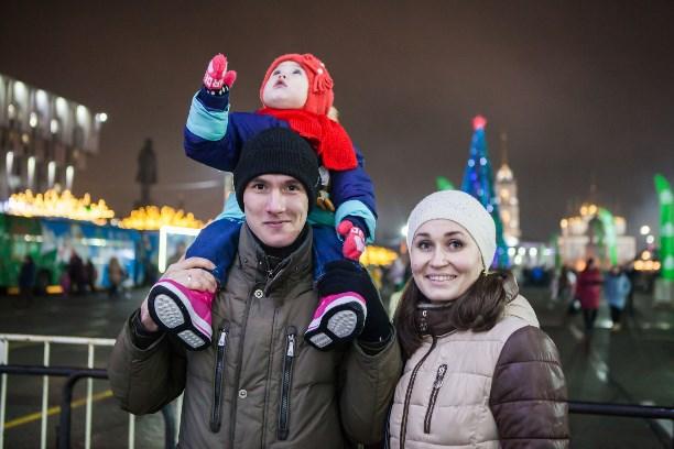 Главную елку Краснодара откроют колонной Дедов Морозов иСнегурочек
