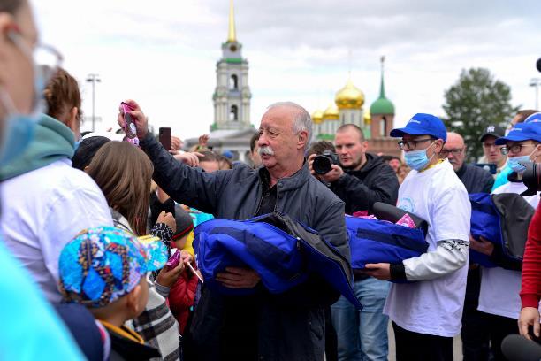 Туляки устроили давку, чтобы получить эскимо из рук прилетевшего на вертолете Леонида Якубовича