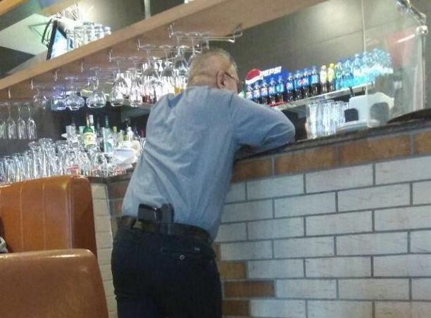 Втульском кафе мужчина грозил официантке пистолетом