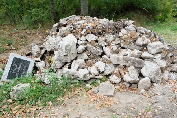 Скандал снадгробными плитами втульском поселке: виновных накажут