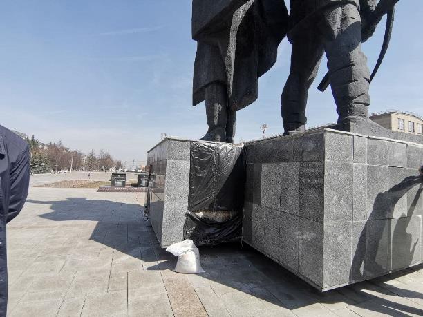 «Путь к памятнику преграждает страшный забор и мусор»: Сергей Шестаков проверил ход уборки проспекта Ленина