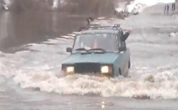 ВАЗовская «классика» форсировала Оку по затопленному мосту