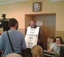 Депутат Сергей Филатов пришел на городскую планерку с плакатом
