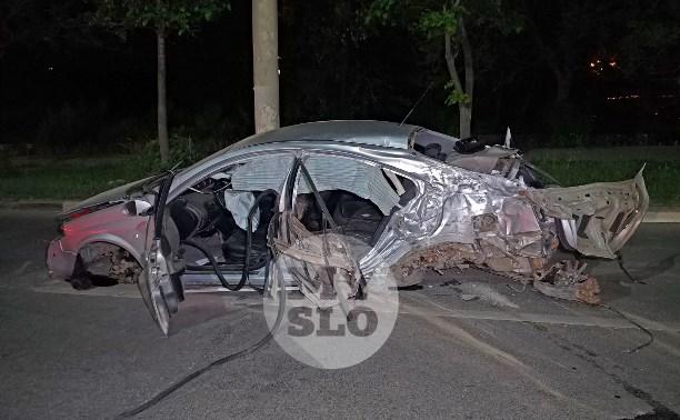 Крупное ДТП на ул. Металлургов в Туле: Nissan снес столб, пассажирку вышвырнуло из машины