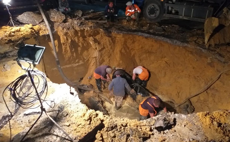 На месте провала дороги в Туле меняют поврежденные участки коллектора: фото