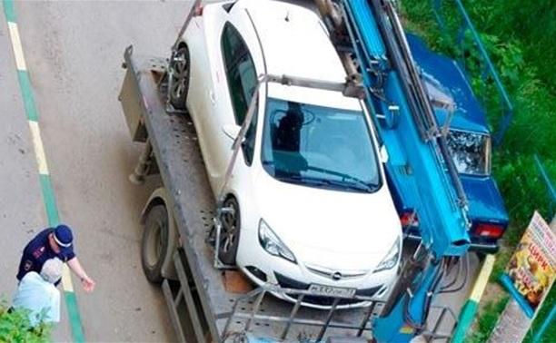 ГИБДД начала эвакуировать машины из дворов по заявлениям жителей