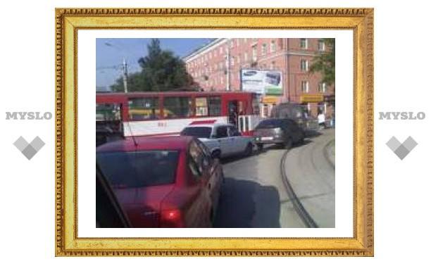 Трамвай перекрыл движение в центре Тулы