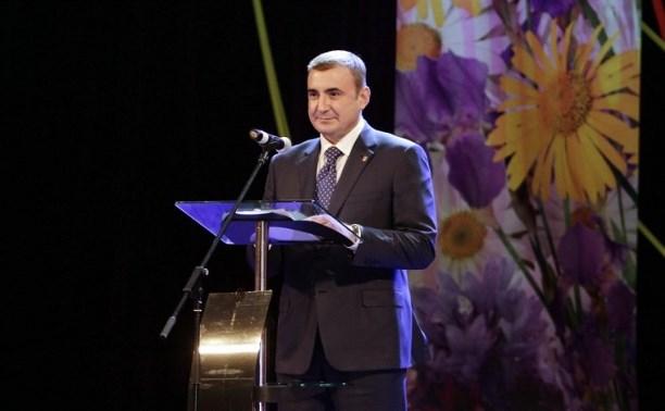 Алексей Дюмин поздравил тулячек с 8 Марта
