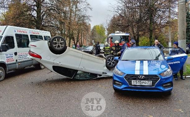 В центре Тулы машина спецсвязи попала в ДТП с «перевертышем»