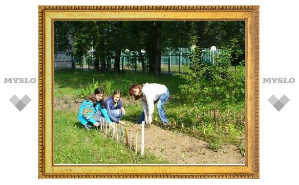 Школьники выращивают для своих обедов картошку и яблоки