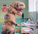На избирательный участок в Туле пришел динозавр