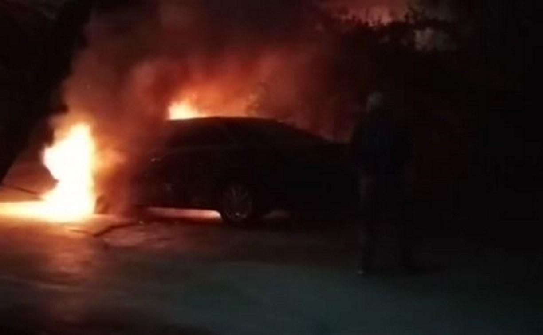 Ночью в Туле на ул. Пузакова сгорела «Тойота»: видео