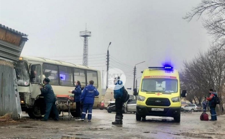 В Туле автобус с пассажирами протаранил два авто и врезался в забор