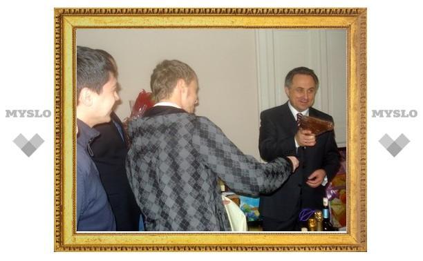 Туляки подарили министру пистолет