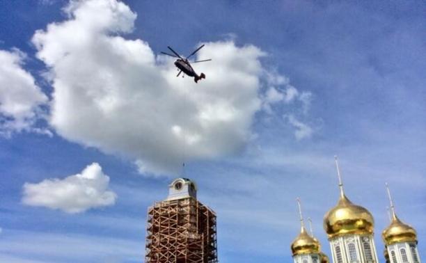 Рабочие перекрестились перед установкой часов на колокольне в кремле