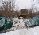 На Венёвском шоссе грузовик снёс забор кладбища и повредил часть могил