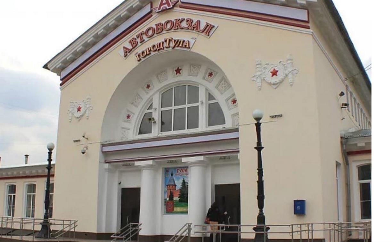 Стало известно, почему возле здания Тульского автовокзала заменили уникальные фонари на «убогие»