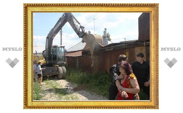 В Туле приставы экскаватором сносят незаконную пристройку