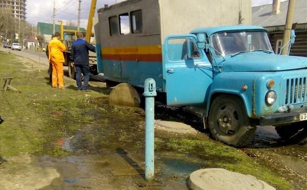 В Пролетарском районе автомобиль ремонтной бригады застрял в канализационном люке