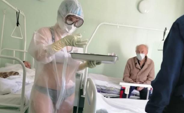 В соцсетях туляки обсуждают медсестру, надевшую защитный костюм поверх купальника