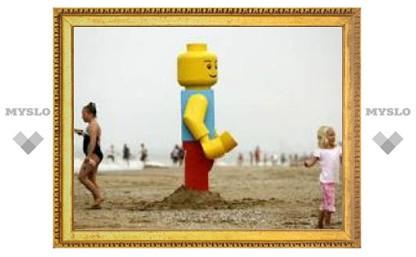 На английском пляже обнаружен гигантский Lego-человечек