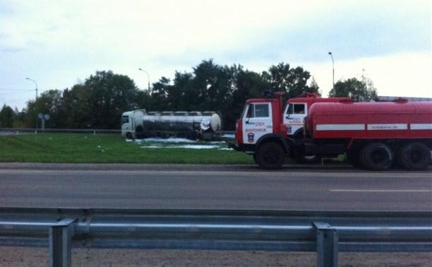 Автоцистерна из Тульской области разлила 8 тонн стирола на дорогу под Воронежем