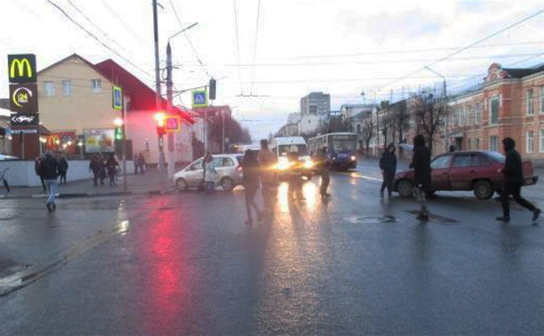 В ДТП на ул. Октябрьской в Туле пострадали две девушки
