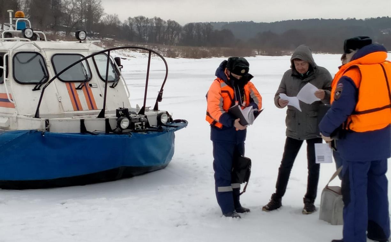 Сотрудники МЧС спасли провалившуюся под лед собаку