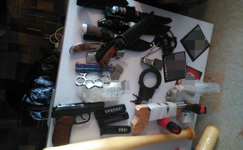 У жителя Тульской области обнаружили свастику, ножи и боеприпасы
