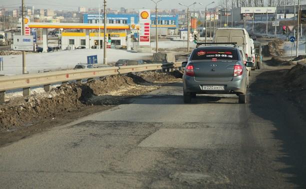 Дорожники заделали огромные ямы на съезде с Новомосковского шоссе