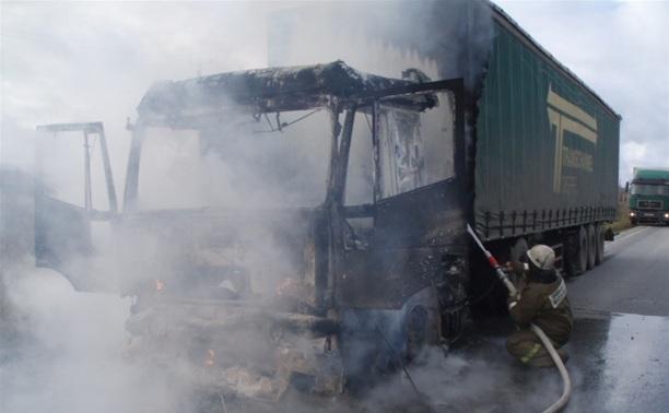Под Тулой на трассе сгорел грузовик