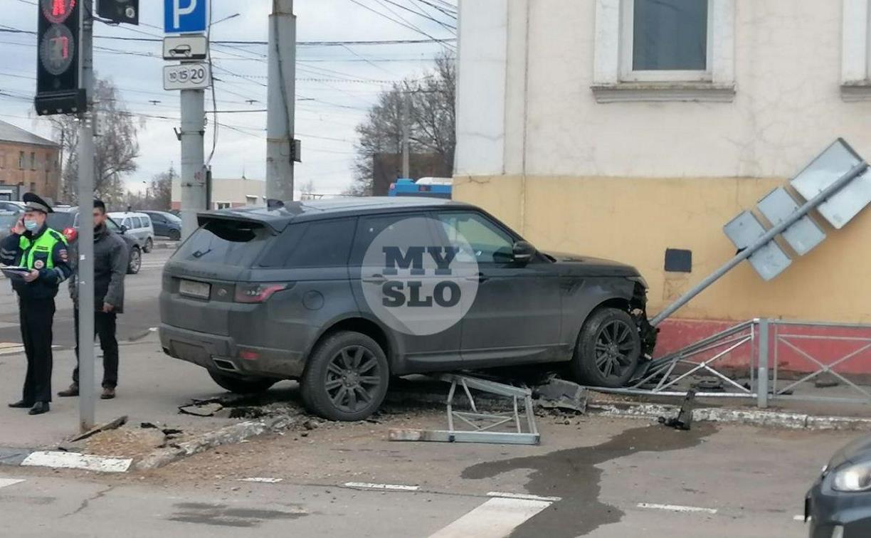 В Туле внедорожник влетел в бывшее здание УГИБДД на Советской, 110