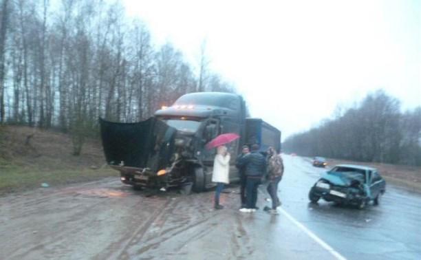 На дороге «Калуга-Тула» ВАЗ-21099 столкнулся с грузовиком Peterbilt