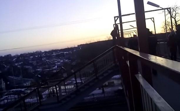 В Ясногорске местный житель хотел сброситься с моста через железнодорожные пути