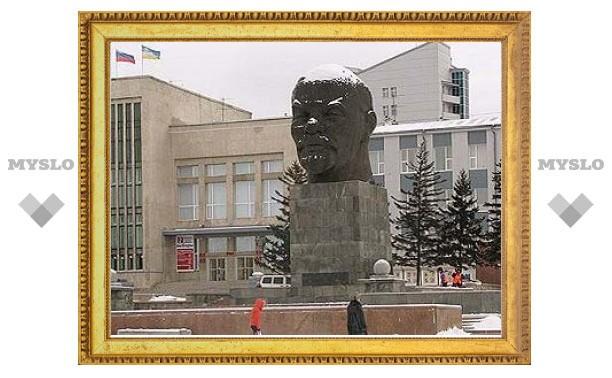 В Улан-Удэ сшили противогриппозную маску для памятника Ленину