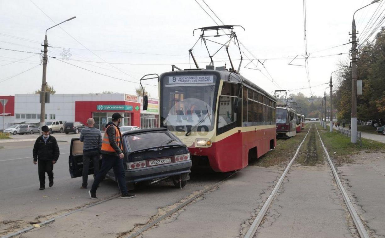 В Криволучье трамвай протаранил легковушку