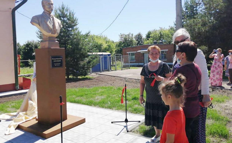 В Чекалине открыли памятник уездному врачу Фёдору Лисицыну