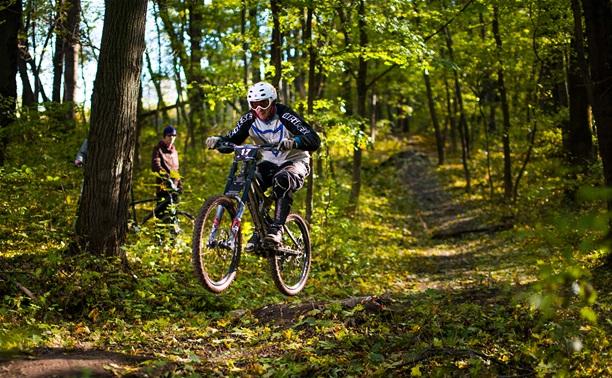 Тульские велосипедисты-экстремалы посоревновались на «горных» трассах