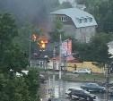 Напротив ТРЦ «Рио» загорелся одноэтажный дом