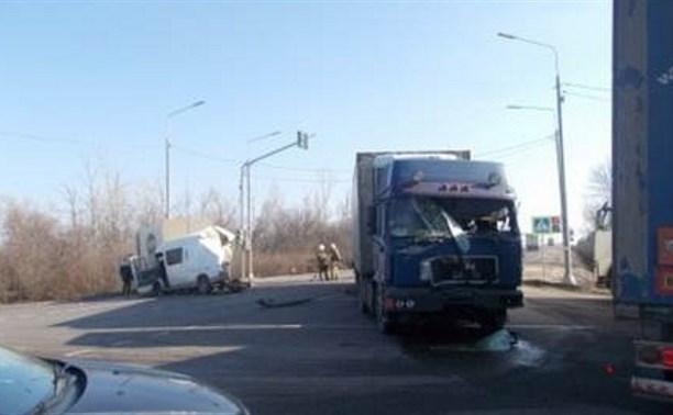 При столкновении грузовиков в Ефремовском районе пострадал один из водителей