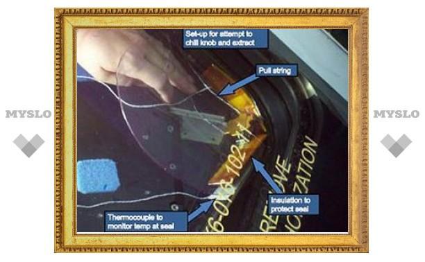 """Инженеры NASA вытащили застрявшую в шаттле """"Атлантис"""" деталь"""