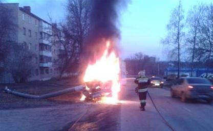 """В Новомосковске """"Газель"""" въехала в столб и загорелась"""