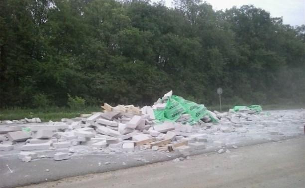 В районе Большой Еловой грузовик растерял стройматериалы