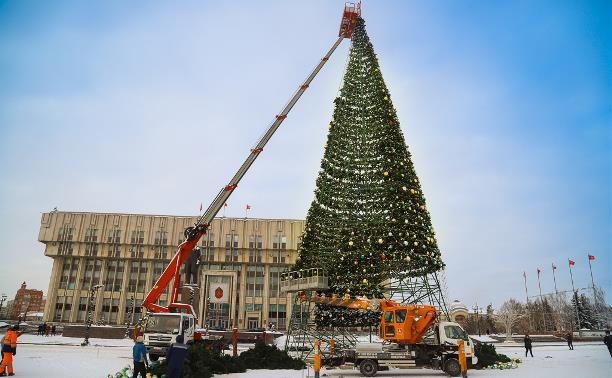 В Туле на площади Ленина разбирают главную новогоднюю ёлку