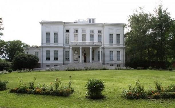 В течение августа отреставрируют фасад Дворца-музея Бобринских