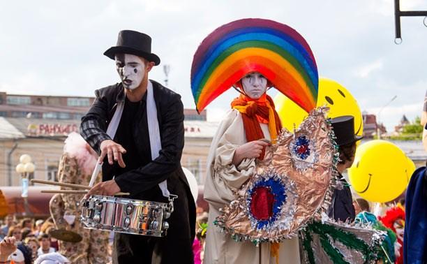 Полная афиша фестиваля «Театральный дворик»: клоунские трюки, чемпионат живых фигур и ночь театра